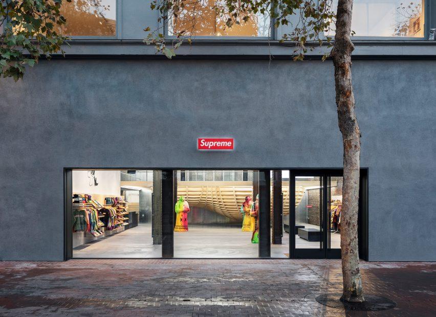supreme san francisco brinkworth interiors retail california usa dezeen 2364 col 12 852x620 1 Brinkworth, az építészeti dizájncég a Supreme letisztult üzletei mögött