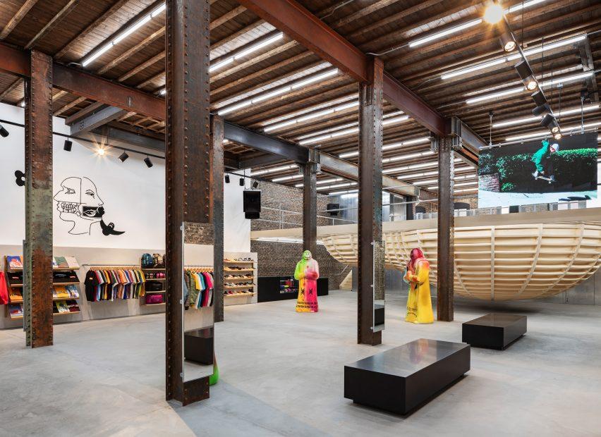supreme san francisco brinkworth interiors retail california usa dezeen 2364 col 2 852x620 1 Brinkworth, az építészeti dizájncég a Supreme letisztult üzletei mögött